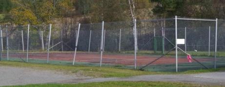 Tennisplanen, men ingen ny Björn Borg i sikte. Inte ens ett par kalsonger... Foto: Pia Skogman, Lokalfotbollen.nu.