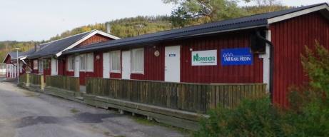 Byggnad med omklädningsrum, träningslokal, klubblokal och servering. Foto: Pia Skogman, Lokalfotbollen.nu.