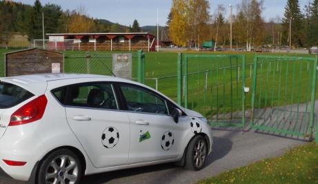 Lokalfotbollens Fårrd har anlänt till vackra Ljustorps IP med sin fina gamla träläktare och en av distriktets bästa fotbollsplaner. En arena som dessvärre inte kunde bjuda på vare sig herr- eller damfotboll på seniorsidan 2019. Foto: Pia Skogman, Lokalfotbollen.nu.