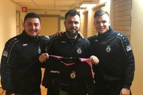 FC Norr Unieds nye huvudtränare Elvis Ramadanovic flankeras av styrelsemedlemmen Sevdjedin (t v) och förre tränaren Hari Halilovic (t h) som nu kan fokusera på det egna liret.