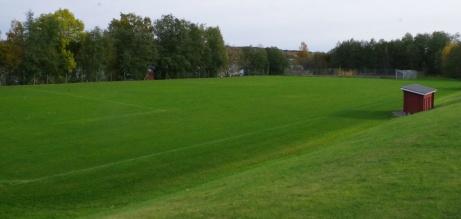 ...och om man vrider blicken lite åt höger syns resten av planen. Foto: Pia Skogman, Lokalfotbollen.nu.