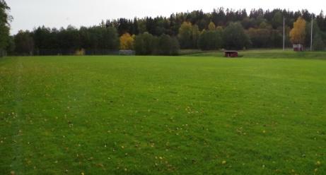 Knatat längs kortsidan och tar en bild från den norra hörnflaggan nära Alnösundet framför matchuret. Foto: Pia Skogman, Lokalfotbollen.nu.