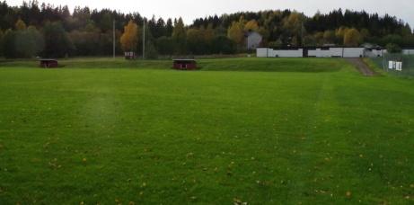Nytt foto från samma ställe, den här gången mot omklädningsfastigheten. Foto: Pia Skogman, Lokalfotbollen.nu.
