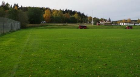 Till vänster inhängnaden för tennisplanerna och i bakgrunden syns en bil på vägen förbi Malands IP. Foto: Pia Skogman, Lokalfotbollen.nu.