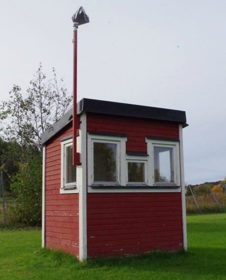 Speakerbås med tillhörande högtalarmast. Foto: Pia Skogman, Lokalfotbollen.nu.