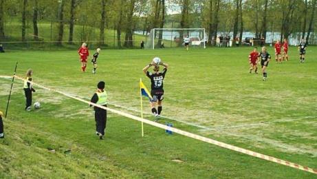 Det är Sunds numera nedlagda damlag som har publikrekordet på Malands IP. Den 27 maj 2004 såg 1 903 åskådare mötet i Svenska Cupen mot dåtidens storheter Umeå IK. Foto: Sund IF.