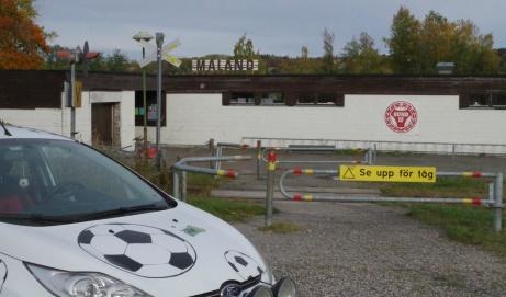 Parkerat framför Malands IP. Till vänster entrén till den tempererade bassängen och till höger ingång till fotbollsarenan. Foto: Pia Skogman, Lokalfotbollen.nu.