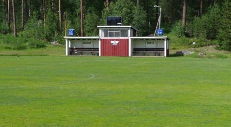 Speakerhytt, matchur och avbytarbås i ett med elljusspåret strax bakom.  Foto: Pia Skogman, Lokalfotbollen.nu.