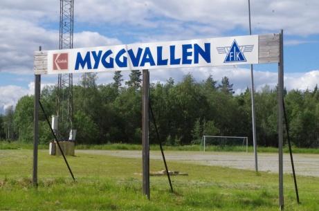 Välkomnande skylt med grusplanen bakom. Foto: Pia Skogman, Lokalfotbollen.nu.