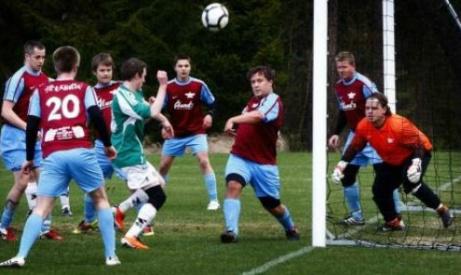 Ett samlat Fränsta försvarar sig väl i en match i division 4 mot gästande Essviks AIF 2012.