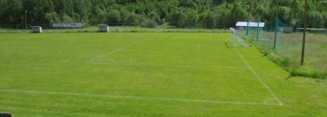 Den västra planhalvan med sjumannaplanen bakom målet till höger. Foto: Pia Skogman, Lokalfotbollen.nu.