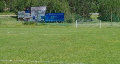 Det östra målet och det stora skyltkomplexet till vänster som vinklats ut mot E14 iställlet för mot planen. Smart drag då fler ser sponsorskyltarna. Foto: Pia Skogman, Lokalfotbollen.nu.