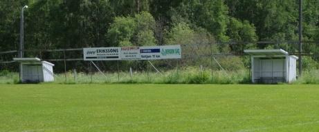 Avbytarbåsen med elljusspåret strax bakom. Foto: Pia Skogman, Lokalfotbollen.nu.