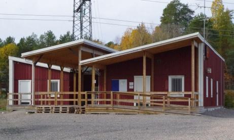 Ingång till servering/klubblokal och till vänster finns omklädningsrummen för hemmalag. Fungerar både till A- som B-planen. Foto: Pia Skogman, Lokalfotbollen.nu.