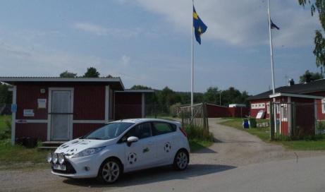 Det var vackert väder när Lokalfotbollens Fårrd parkerade framför entrén på Selånger IP denna sommardag 2019. Foto: Pia Skogman, Lokalfotbollen.nu.
