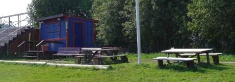 SFK-kiosken till höger om huvudläktaren med ett par bord där man kan sitta och förtära sina inköpta godsaker och ändå ha bra koll över matchen. Foto: Pia Skogman, Lokalfotbollen.nu.