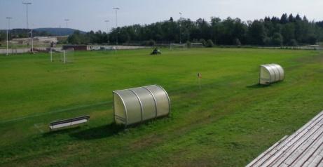 Läktaren är placerad en bit från planen men ger en god överblick. Foto: Pia Skogman, Lokalfotbollen.nu.