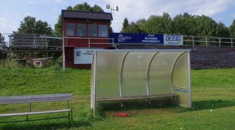 En parkbänk extra för att ett par fler avbytare och ledare ska få sittplats. Foto: Pia Skogman, Lokalfotbollen.nu.