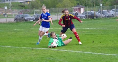 SSelångers damer hade ett tungt år i division 1 Norrland 2019 och hamnade sist i tabellen men här är man i alla fall framme och hotar i hemmamatchen mot IFK Östersund. Foto: Pia Skogman, Lokalfotbollen.nu.