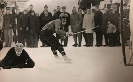 Vintertid spelas det bandy på grusplanen. Selånger kryssade mot Lesjöfors i kvalet till bandyallsvenskan 2 mars 1969 och tog sig upp i högsta serien där man låg kvar i många år. Flyttade dock först sina matcher till Idrottsparken och ett par år senare ut till konstisanläggningen i Gärdehov. Foto: Selånger SK.