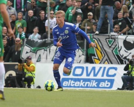 Ett tungt avbräck! Mittbacken Eric Björkander lämnar Giffarna och flyttar hem till Blekinge och Mjällby AIF - och blir därmed kvar i Allsvenskan. Foto: Bildbyrån.