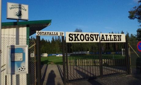 Skogsvallens entré i solnedgången sommaren 2019. Foto: Pia Skogman, Lokalfotbollen.nu.