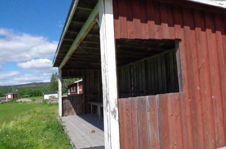 Den något trånga huvudläktaren är placerad på den östra kortsidan. Foto: Pia Skogman, Lokalfotbollen.nu.