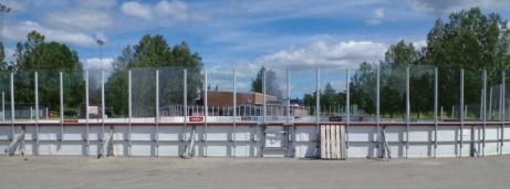 Vid skolan ligger även den nya fräscha hockeyrinken. Dock utan konstfruset ännu men det kanske kommer? Foto: Pia Skogman, Lokalfotbollen.nu.