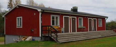 En smart lösning att kombinera omklädningsrum med läktare. En perfekt plats för alla som gillar kvällssol. Foto: Pia Skogman, Lokalfotbollen.nu.