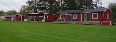 De här byggnaderna kännner ni väl igen vid det här laget?  Foto: Pia Skogman, lokalfotbollen.nu