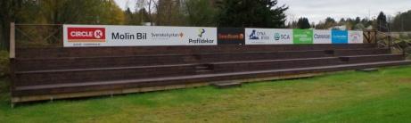 Så här ser den nya läktaren ut, med reklamskyltar och allt. Foto: Pia Skogman, Lokalfotbollen.nu.