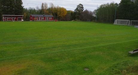 Den nya läktaren är placerad en bit från planen men man får en bra övervblick. Foto: Pia Skogman, Lokalfotbollen.nu.