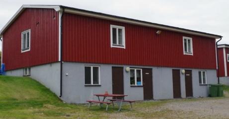 Bortalaget byter om på ned- och baksidan av byggnaden. Foto: Pia Skogman, Lokalfotbollen.nu.