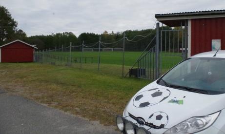 Lokalfotbollens välbekanta Fårrd har parkerat framför entrén till Släda IP. Foto: Pia Skogman, Lokalfotbollen.nu.