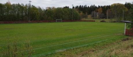 I slänten upp mot grusplanen har man en god översikt. Foto: Pia Skogman, Lokalfotbollen.nu.