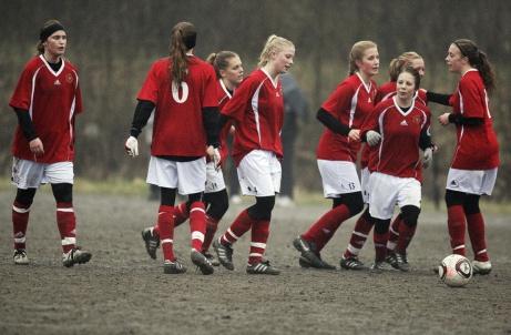 Alnö IF:s damer jublar efter ett mål mot Matfors IF i en vårmatch i damtrean 2012. Foto: Alnö IF.