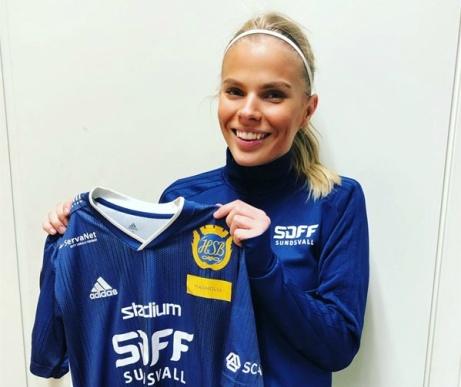 17-åriga talangen Emmie Björklund visar upp sin nya klubbs matchtröja. Foto: SDFF