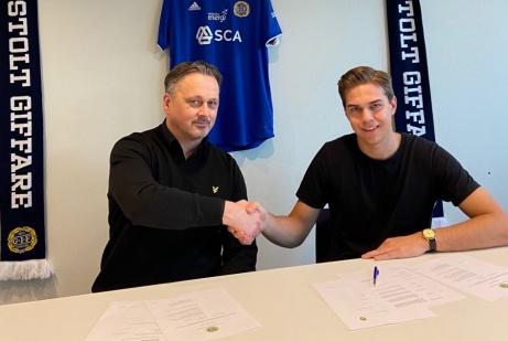 Sportchefen Urban Hagblom skakar hand med Anton Eriksson efter påskrivet kontrakt. Foto: GIF Sundsvall. Foto: GIF Sundsvall.