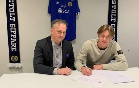 GIF Sundsvalls sportchef skriver A-lagskontrakt med den 16-årige jättetalangen och pojklandslagsmannen Ludvig Nåvik. Foto: GIF Sundsvall.