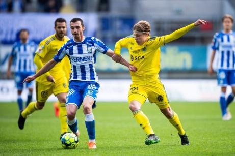 Jesper Carström (i gult tiill höger) begick sin allsvenska debut i GIF-tröjan borta mot IFK Göteborg ifjol. Foto: Mathias Bergeld, Bildbyrån.