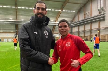 Tränaren Ahmad Khreis hälsar nyförvärvet Samuel Morsay välkommen till Svartviks IF. Foto: Svartviks IF.