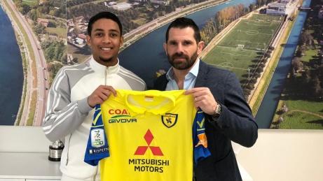 En leende Jonathan Morasay på AC Chievos presskonferans sedan kontraktet är påskrivetl. Foto: AC Chievo.