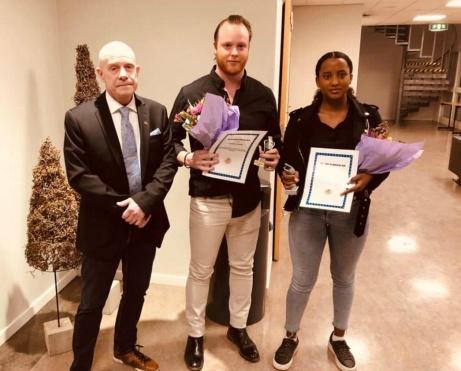 Medelpads Fotbollförbunds domarbas Roger Backlund har delat ut pris till Årets Domare i distriktet, Henrik Olsson och Birile Elias. Foto: Roger Magnusson, Medelpads Fotbollförbund.