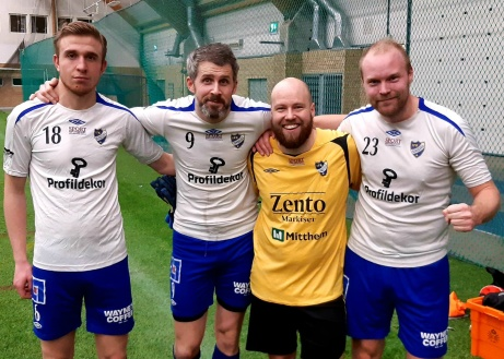 IFK Sundsvall vann söndagens avslutande match med 4-0 över Torpshammar. Här poserar målskyttarna Bleron Sallauka (två mål), Olle Nordberg och Jimmy Söderberg tillsammans med debutanten mellan stolparna som höll nollan - Alexander Hasselmalm. Foto: IFK Sundsvall.