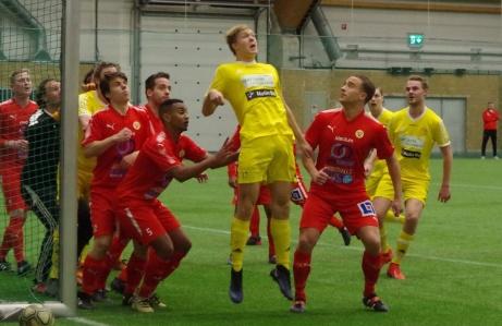 Alnös unge mittback Vilgot Alsén (född 02) är uppe och oroar Sundförsvaret på en hörna i inledningen av matchen. Sund vann till slut DM-mötet med klara 3-0. Foto; Pia Skogman, Lokalfotbollen.nu.