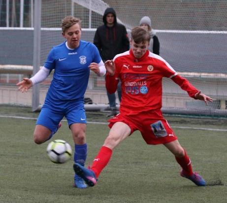 Sundsvalls FF vann sin allra första herrmatch under måndagen, 6-0 mot Sund U. Här kampar William Persson med motståndaren Mogamed Chagayev. Foto: @hanslag.