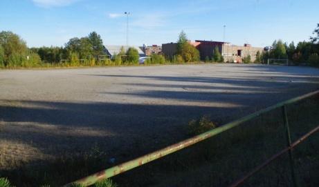 """Spillvärmeplanen i Stockvik var en gång i tiden försäsongens fotbollsmecca då lag som, utöver våra lokala topplag GIF- och IFK Sundsvall,norska Rosenborg, Gefle IF, IK Brage m fl förlade sina träningsläger här tack vare den uuppvärmda planen. Ofta var även de allsvenska Stockholmslagen här uppe och spelade träningsmatcher.1978startades den klassiska turneringen Värmecupen som hade sitt huvudsäte här fram till det att konstgräset på Westhagen blev mer attraktivt under 1990-talet. Numera används den bara av Stockviks FF och Njurunda IK:s damer innan de kommer in på sina gräsplaner. Varför inte lägga konstgräs på Spillvärmeplanen då rören är restaurerade? Då får Njurundafotbollen sitt """"eget"""" konstgräs och därigenom frigörs ännu mer tränings- och speltider på stadens konstgräsplaner. Borde kunna bli en prisvärd anläggning och en !win-win-situationför kommunen. Foto; Pia Skogman, Lokalfotbollen.nu."""