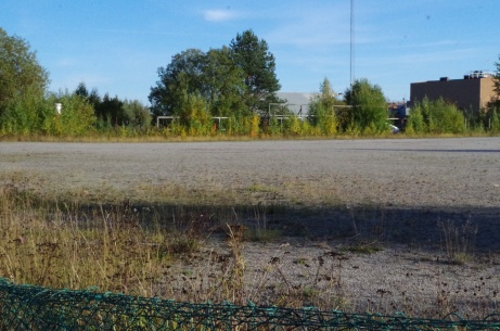 Spillvärmeplanens grusplan börjar växa igen så smått. Foto: Pia Skogman, Lokalfotbollen.nu.