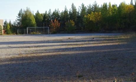 Södra målet i bakgrunden och till vänster fabriken där spilllvärmen kommer ifrån. Foto: Pia Skogman, Lokalfotbollen.nu.