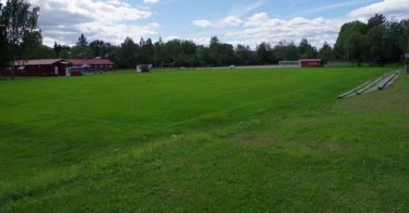 Planen sedd ur sydvästlig riktning med huvudläktaren (nåja) till höger. Foto: Pia Skogman, Lokalfotbollen.nu.